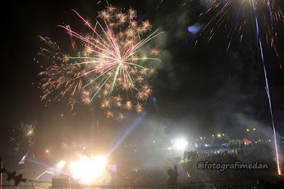 kemeriahan pesta kembang api di danau toba sumatera utara
