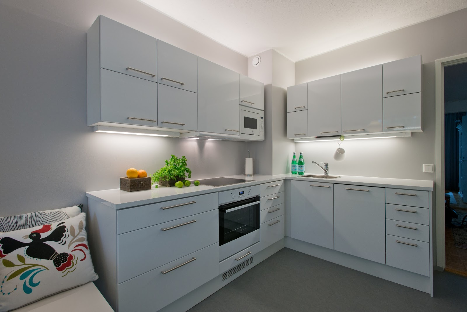 Sisustussuunnittelu Nina Mäkelä Kerrostalon uusi valkoinen keittiö