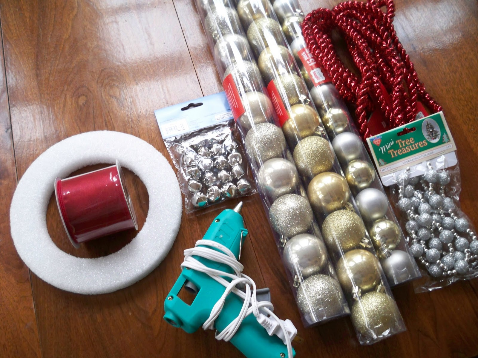 How+to+make+an+ornament+wreath