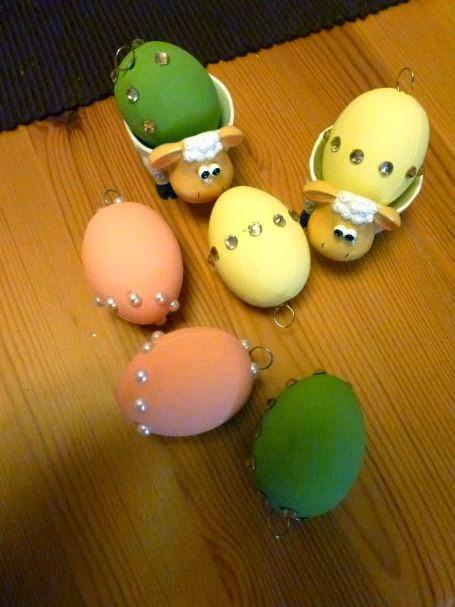 mit Chalky finish bemalte Eier mit Strasssteinen und Halbperlen