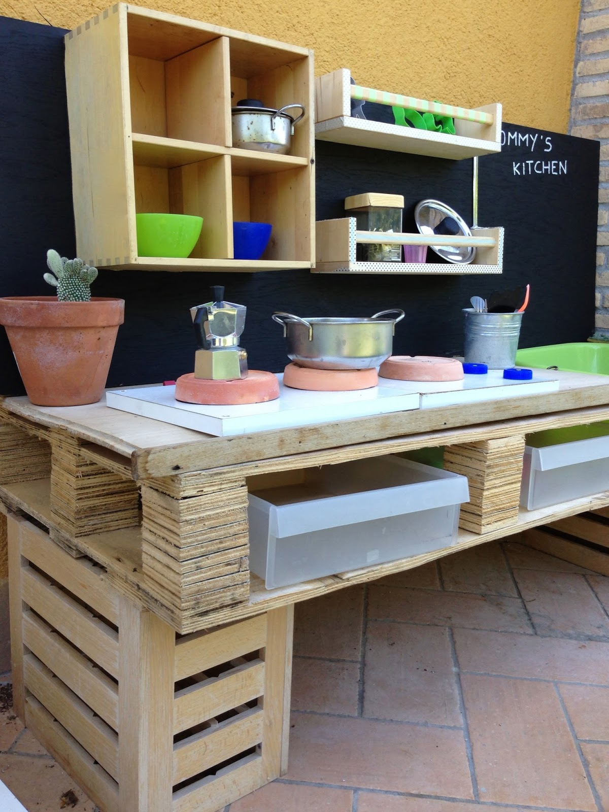 Mommo design 3 pallet projects for kids for Pallet kitchen ideas
