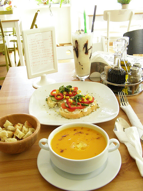sandvis cu branza de oaie, legume si chimen, supa de morcovi