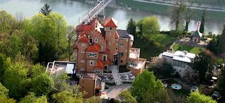 http://3.bp.blogspot.com/-ACV7-QSTpLw/UHspBJwmUxI/AAAAAAAAAdE/mjFq59FRFzA/s1600/Schloss-moenchstein.jpg