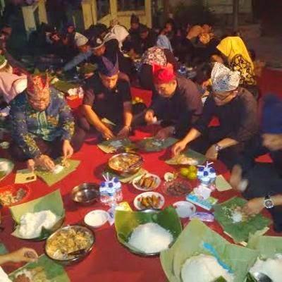 Tradisi Tumpeng Sewu suku Osing di Desa Kemiren, Banyuwangi.