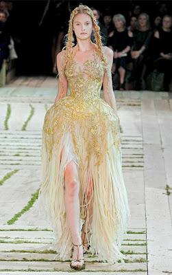 Alexander-McQueen-Dresses-Spring-2011-Patricia-Van-Der-Vliet