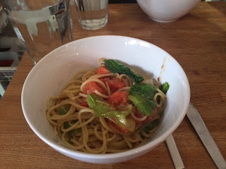 トマトとレタスのアンチョビソーススパゲティ