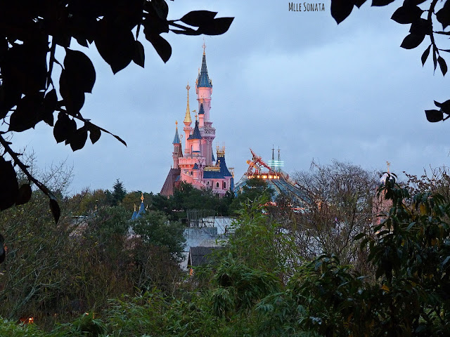 Château et Space Mountain à Disneyland Paris.