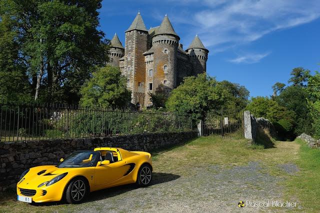 une lotus devant le château du bousquet aveyron photo blachier pascal