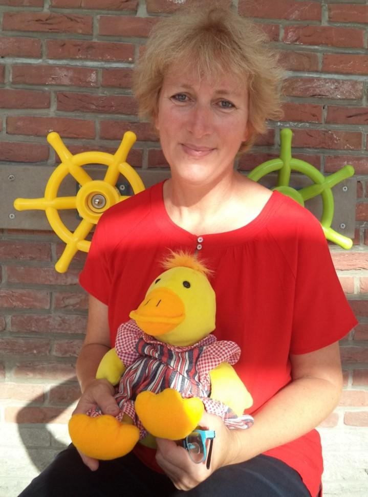Samen spelen, ontdekken, leren..., doen we vaak samen met juf Anneke en de vriendjes van 2A!