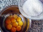 Prajitura Krantz cu foi si nuci caramelizate Preparare reteta crema - amestecam galbenusurile cu zahar