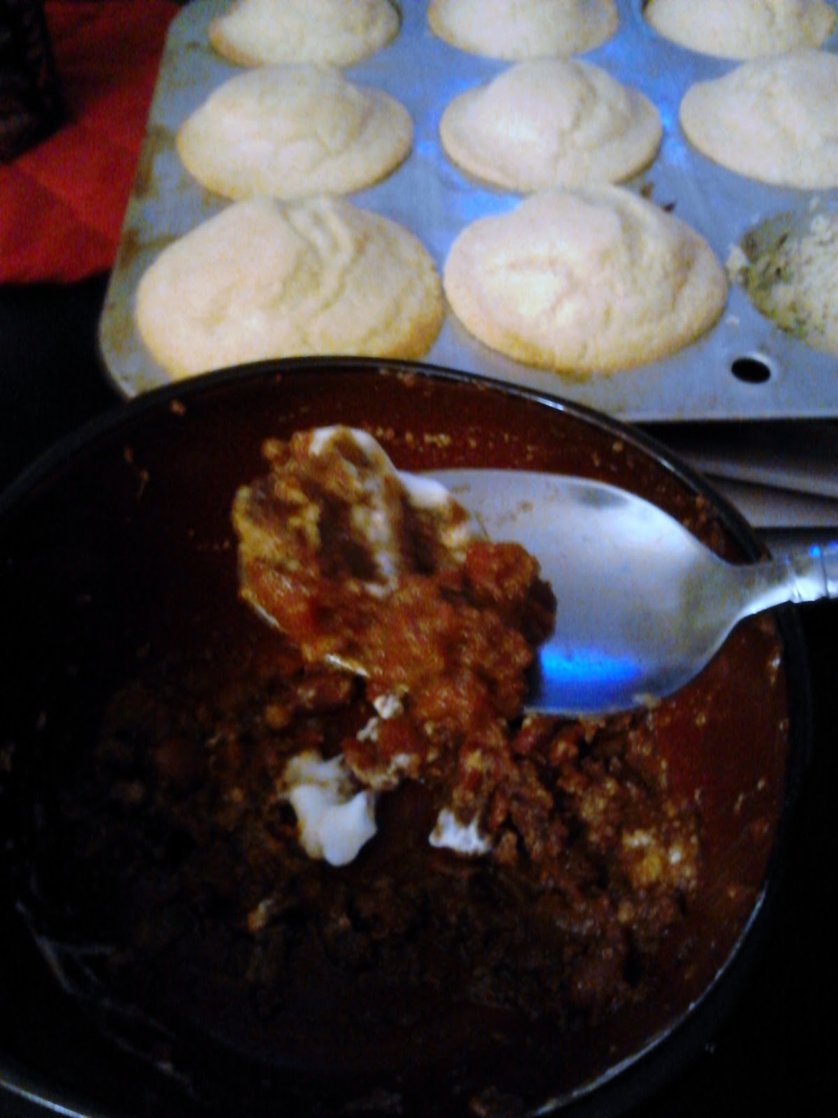 slow cooker chili con carne with pinto beans and corn bread muffins