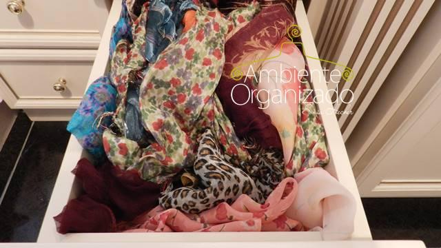 Gaveta de lenços desorganizada