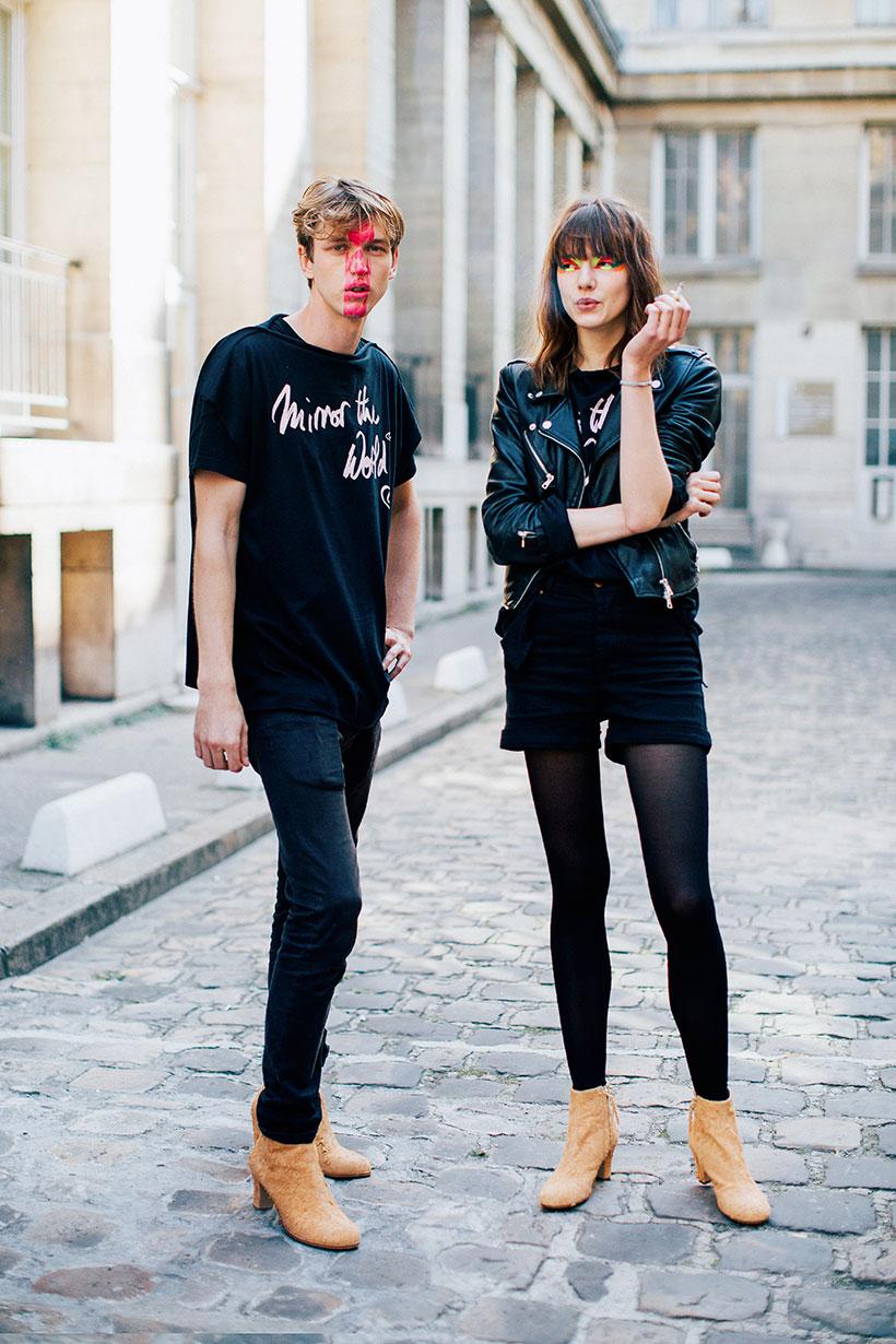 黒Tシャツ×ブラックジーンズ×キャメルスエードブーツ