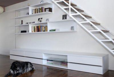y hacer que tenga un toque de distincin aqu puedes ver como utilizando un papel tapiz puedes re decorar una escalera de forma sencilla y econmica