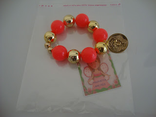 As pulseiras são de resina com abs...Mega charmosas!!
