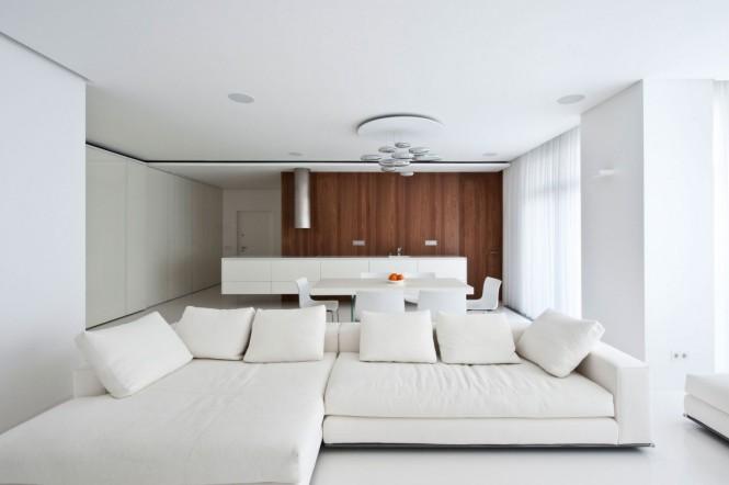 Apartamento de Interior Elegante Inundado Con Nogal y Negro