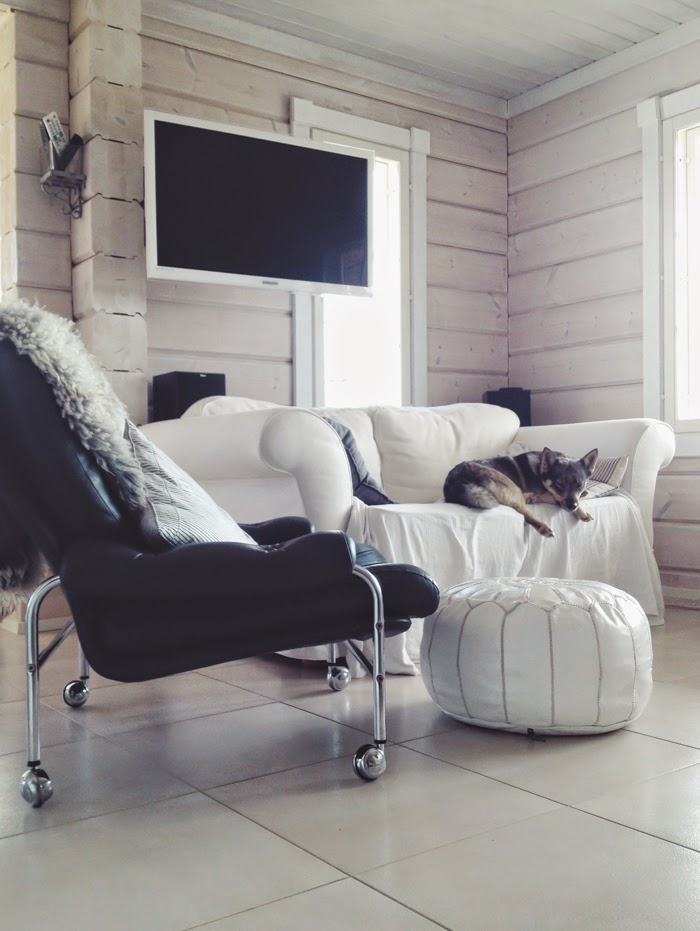 nahkainen nojatuoli pyörillä, grey leather chair, fåtölj skinn hal, white pouf, log home, log house