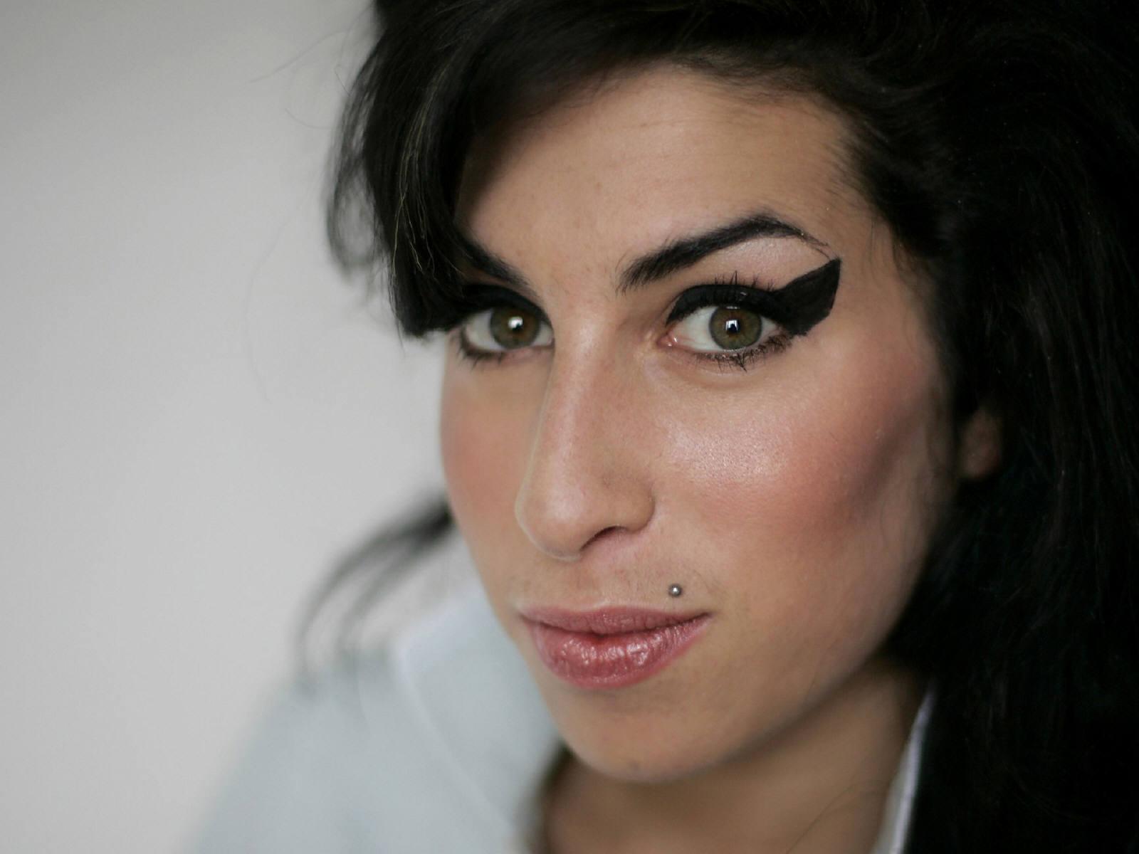 http://3.bp.blogspot.com/-AH3OtDkHRZg/TkV1JwUVrTI/AAAAAAAAAT8/FhNKPJ9ZGbk/s1600/Amy_Winehouse_0004_1600X1200_Wallpaper.jpg