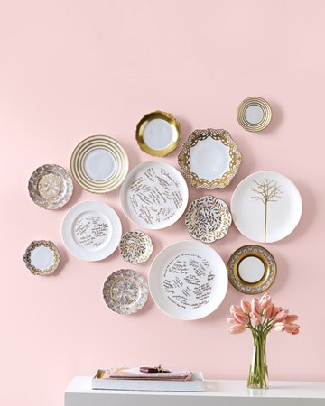 I Love This Grouping Of Plates....making Such A Modern Statement. Take  Plates / Objects Of Different Sizes, Similar In Colour. Patterns Can Be  Mixed.