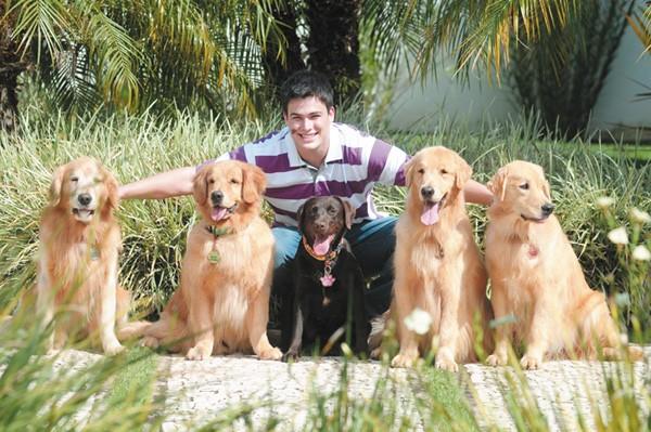 """Para Alexandre Vazquez, dono de cinco cães, eles têm direito à liberdade: """"Se o cachorro sujar, tem de limpar. É o dono que tem de ser responsável"""""""