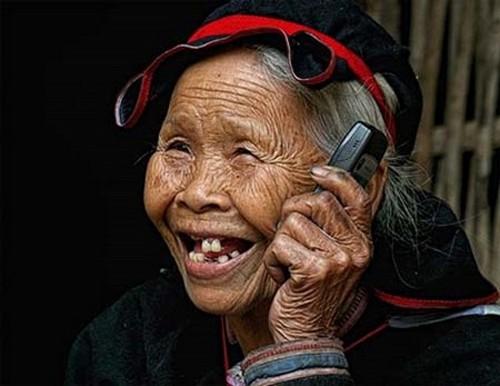Cụ bà sử dụng điện thoại Nokia thật chuyên nghiệp