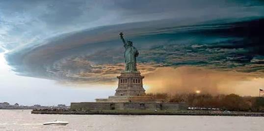 gulungan awan di atas patung liberty