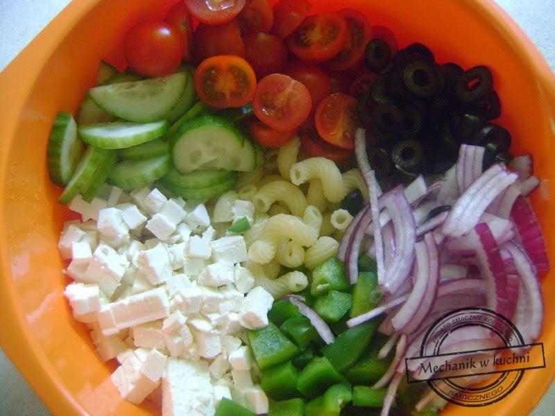 Sałatka grecka z makaronem mechanik w kuchni
