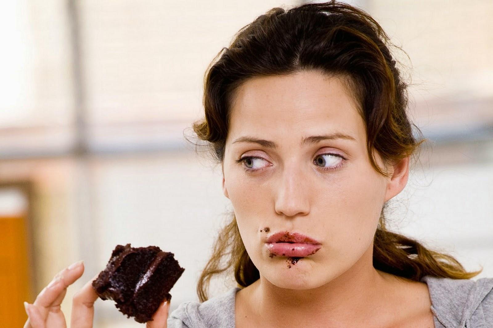 mujer-embarazada-comiendo-chocolate