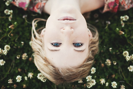 ojos azules en la pradera