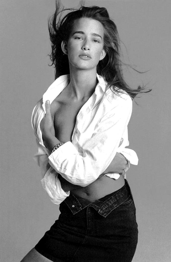 Suzanne Lanza in Bianco e Niro Jeans / Vogue Italia 1987 (photography: Sante D'Orazio) / white shirt in fashion editorials / short history of white shirt / wardrobe essentials / via fashioned by love british fashion blog