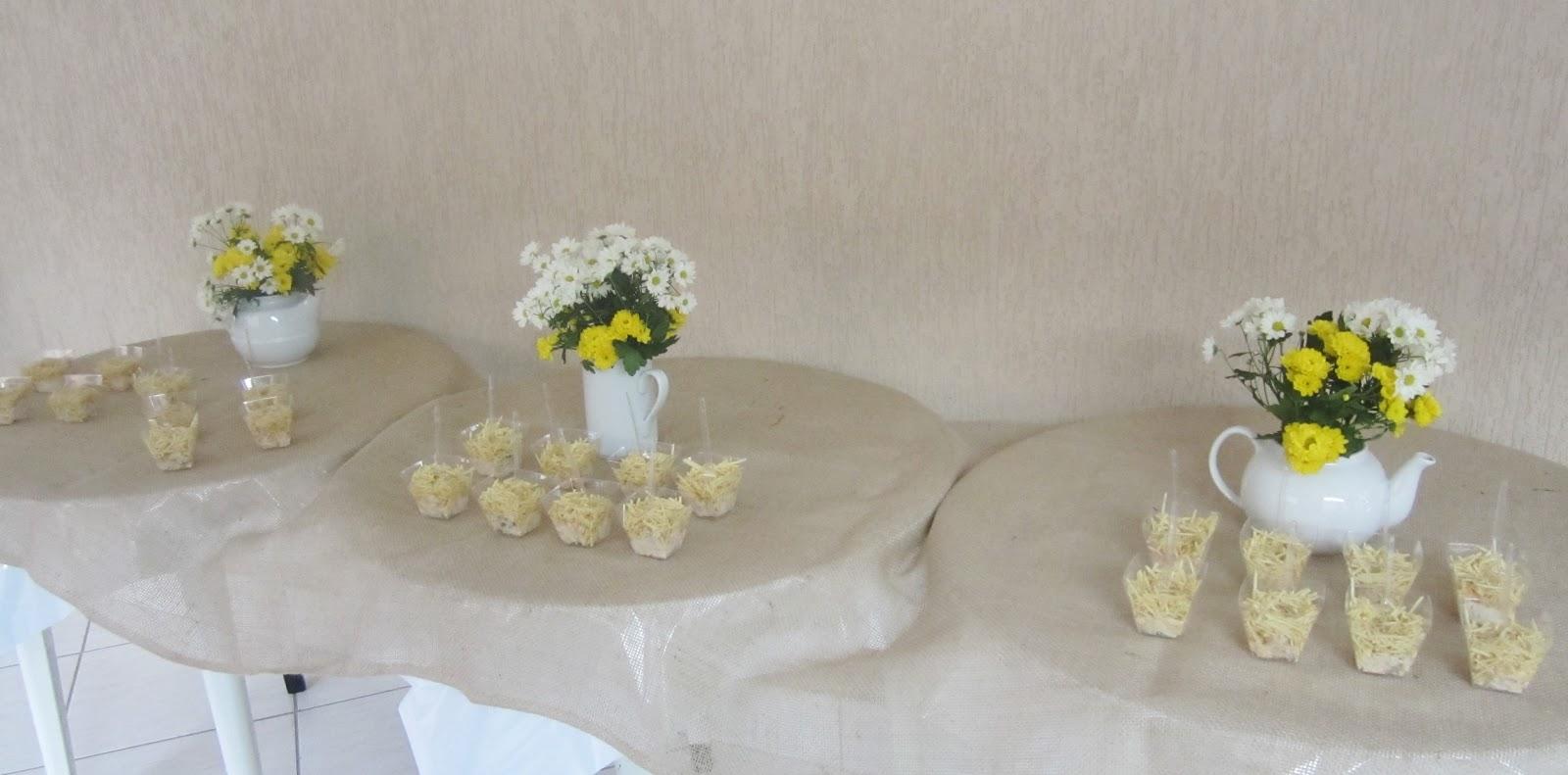 decoracao casamento juta : decoracao casamento juta:Mesa dos salgados, com potinhos de salpicão de frango