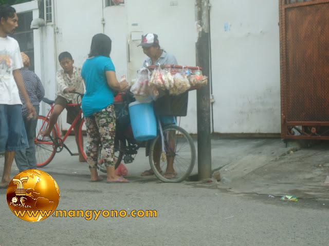 FOTO : Ibu pedagang kafe keliling depan kantor