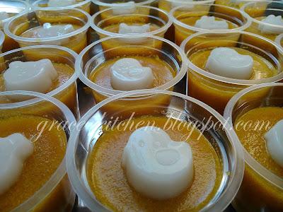 puding labu kuning dalam cup ditopping puding santan putih yang ...