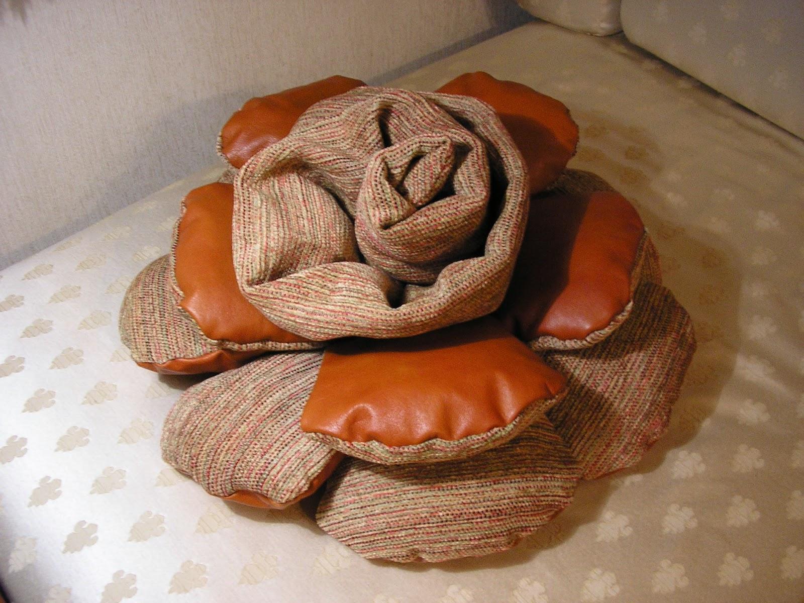 Tappeti Fai Da Te Stoffa : Creare per credere: cuscino tappeto in pelle e stoffa a forma di fiore