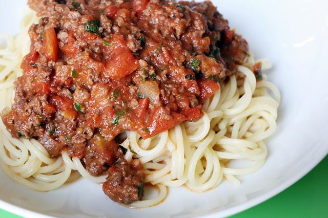 sachen die gl cklich machen spaghetti bolognese nach jamie oliver deutsch. Black Bedroom Furniture Sets. Home Design Ideas