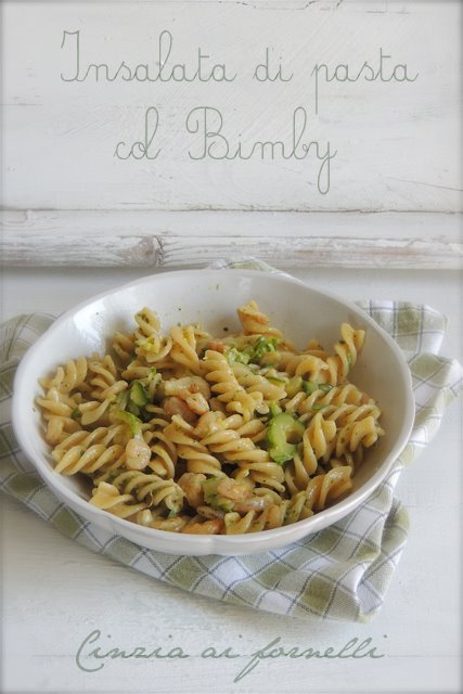 insalata di pasta pesto zucchine e gamberetti