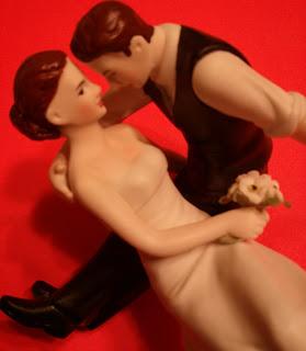 http://3.bp.blogspot.com/-ALMS91MHhyk/URxAvZeqXcI/AAAAAAAACiE/qoffaslVLg4/s320/The-Look-Of-Love-Couple-Wedding-Cake-Topper-2.jpg