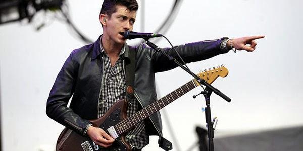 Vocalista do Arctic Monkeys revela dificuldade em cantar músicas antigas da banda