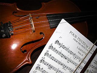 Minima umur untuk kanak-kanak belajar bermain viola adalah 6 tahun.