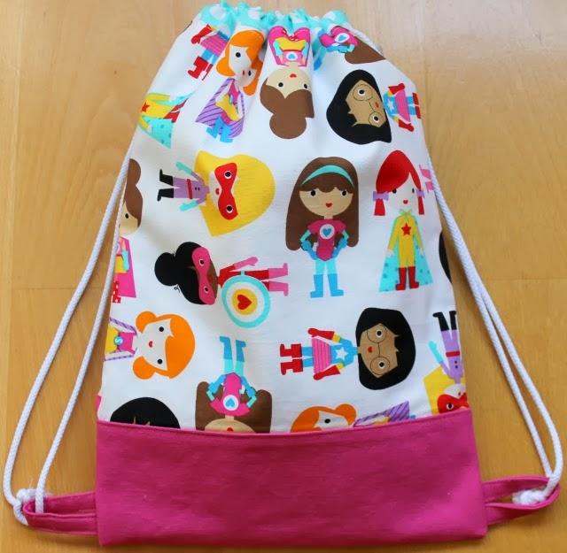 mochila de tela con dibujo de Súper heroínas, hecha a mano por http://funkypatch.blogspot.com.es/