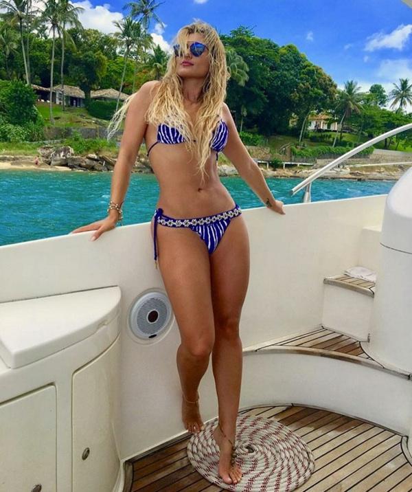 Lívia Andrade exibe suas curvas ao posar de biquíni em cenário paradisíaco