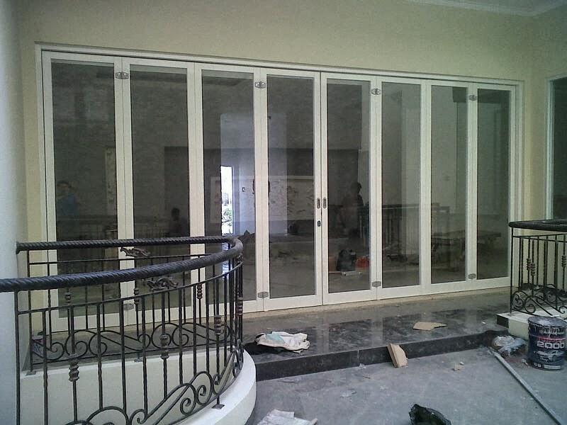 Pintu lipat di rumah mewah milik Ko Budi di bilangan Taman Surya ...