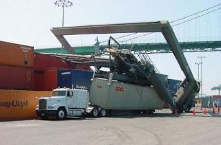 Najsmešnije slike: kamion odštetio kran od luke