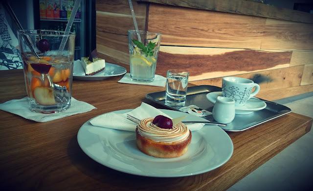 Káva, limonáda a dort v Café Momenta