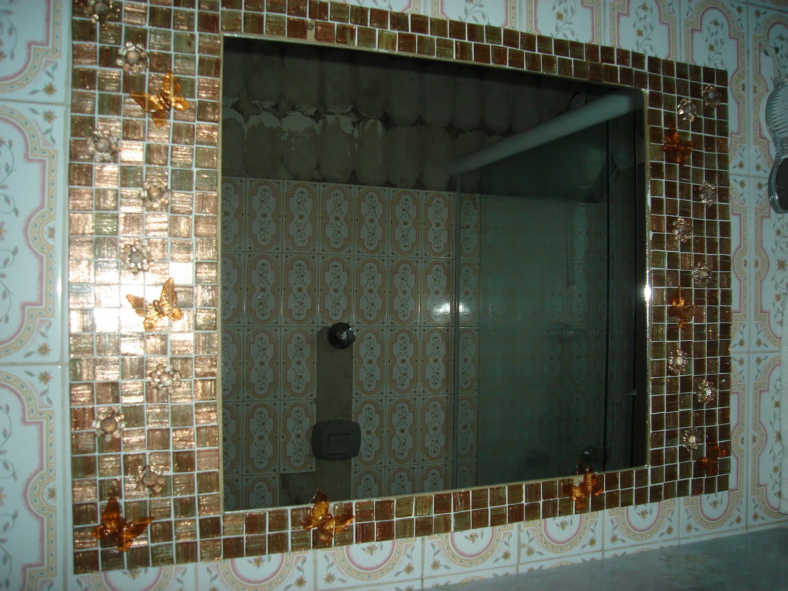 Arteirices da Beth: Mosaico em espelhos #60492C 1600x1200 Banheiro Com Pastilhas Douradas