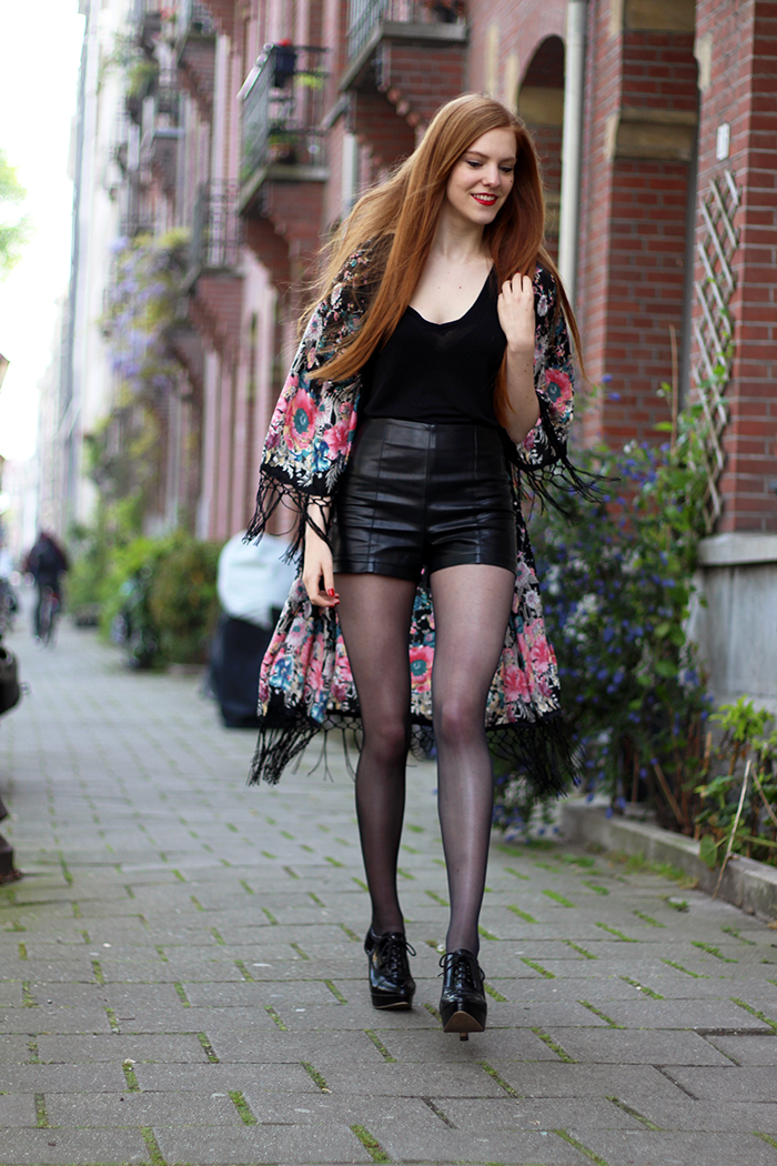 Fashion blogger kimono outfit faux leather shorts patent heels