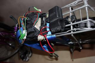 Pakethållare för att hålla batterier, som ej syns på bilden. Tändningsnyckel finns för att lätt stänga av strömmen.