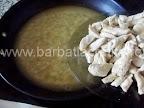 Mancare de gutui cu pui preparare reteta - punem fasiile de carne prajita