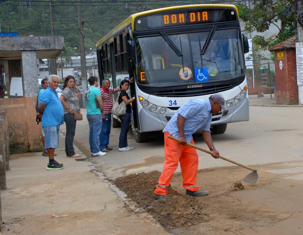 Na entrada do Meudon funcionários retiram lama e terra do meio das ruas