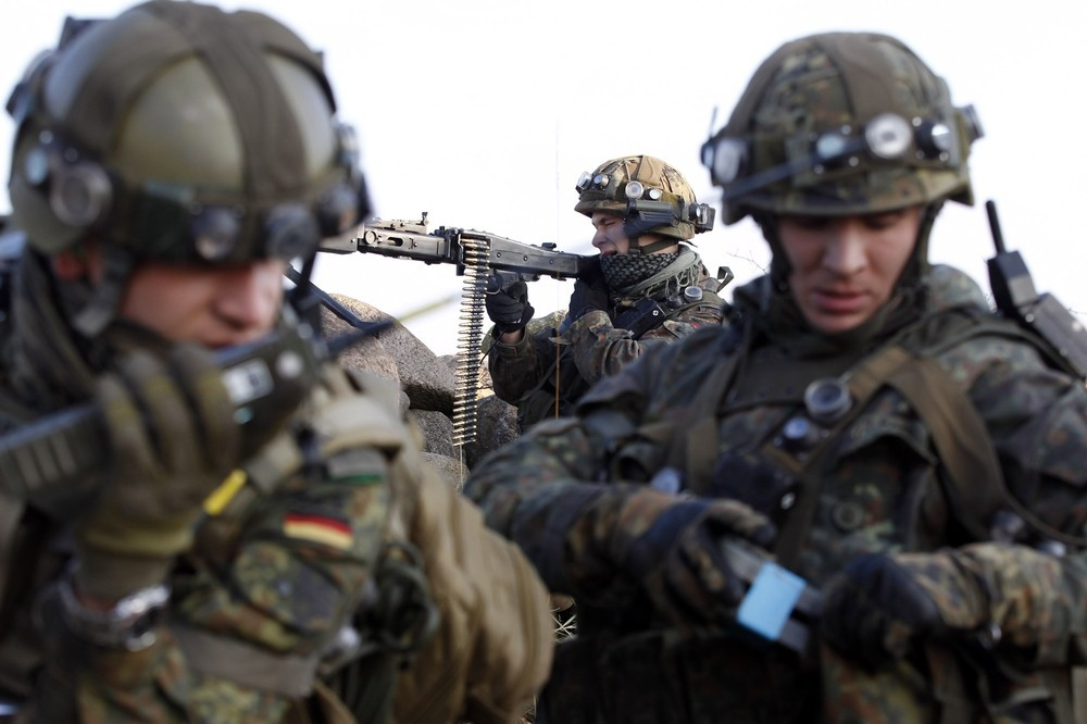 Allemagne German+Bundeswehr+armed+forces+soldier+4th+company++mechanized+infantry+battalion+411+Viereck+shouts+commands+a+firefight+insurgents++International+Security+Assistance+Force+%2528ISAF%2529+nato+afghan